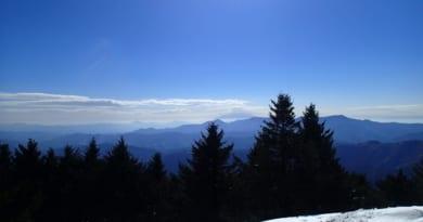 山頂からうっすら富士山